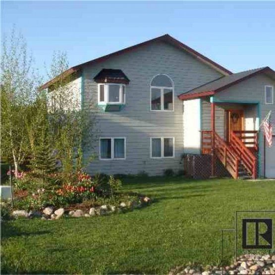 Settler's Crossing - Efficient in-floor heating, heated driveway, Vaulted ceilings, open/bright kitchen area, living room and separate family room.<br />