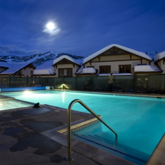 Eagleridge Lodge - Polished ski area condo with hardwood floors and nice amenities<br />